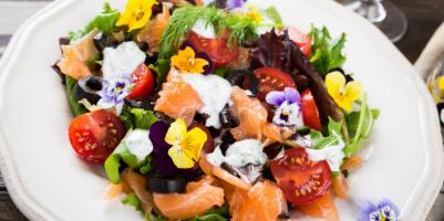 Ricetta insalata salmone e fiori