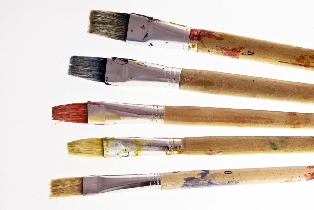 Pennelli sporchi di colore
