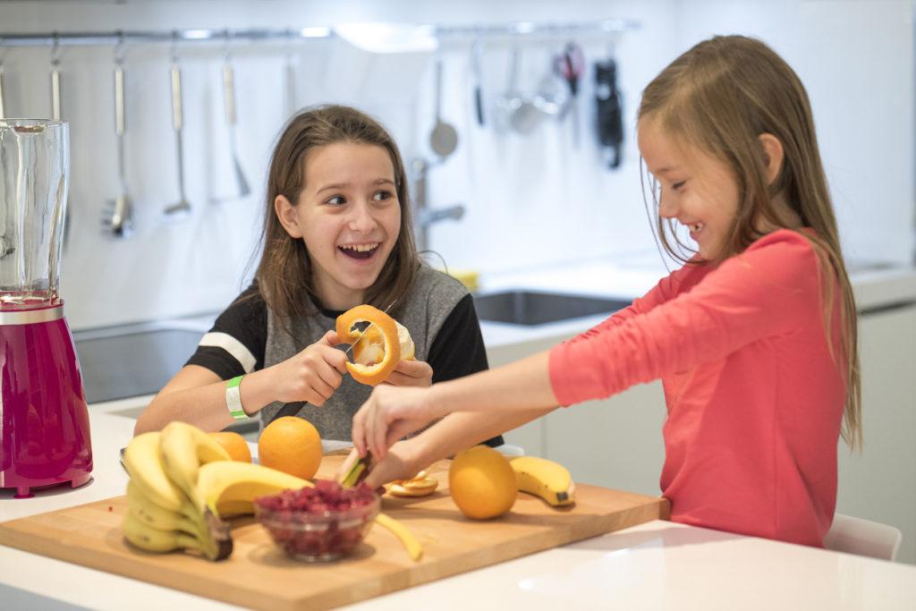 Bambine pelano la frutta