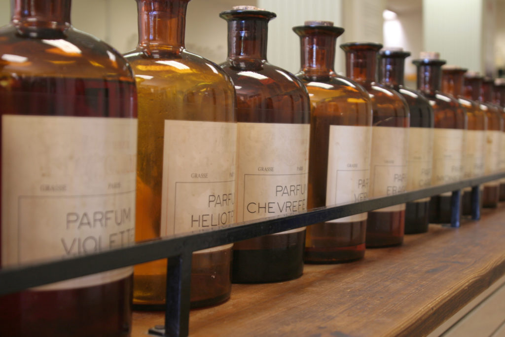 Grasse Bottiglie di ingredienti per profumo